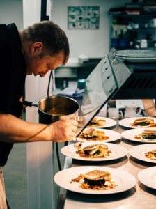 Cocinero cocinando pescado