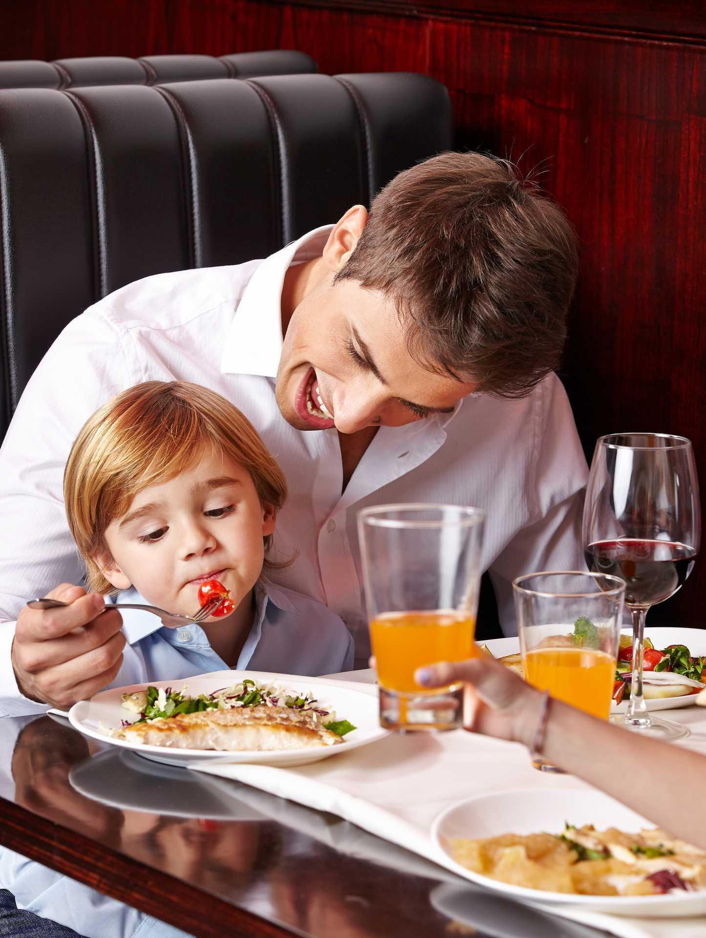 Niño comiendo pescado