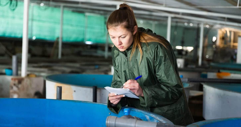 Mujer en el sector de la acuicultura