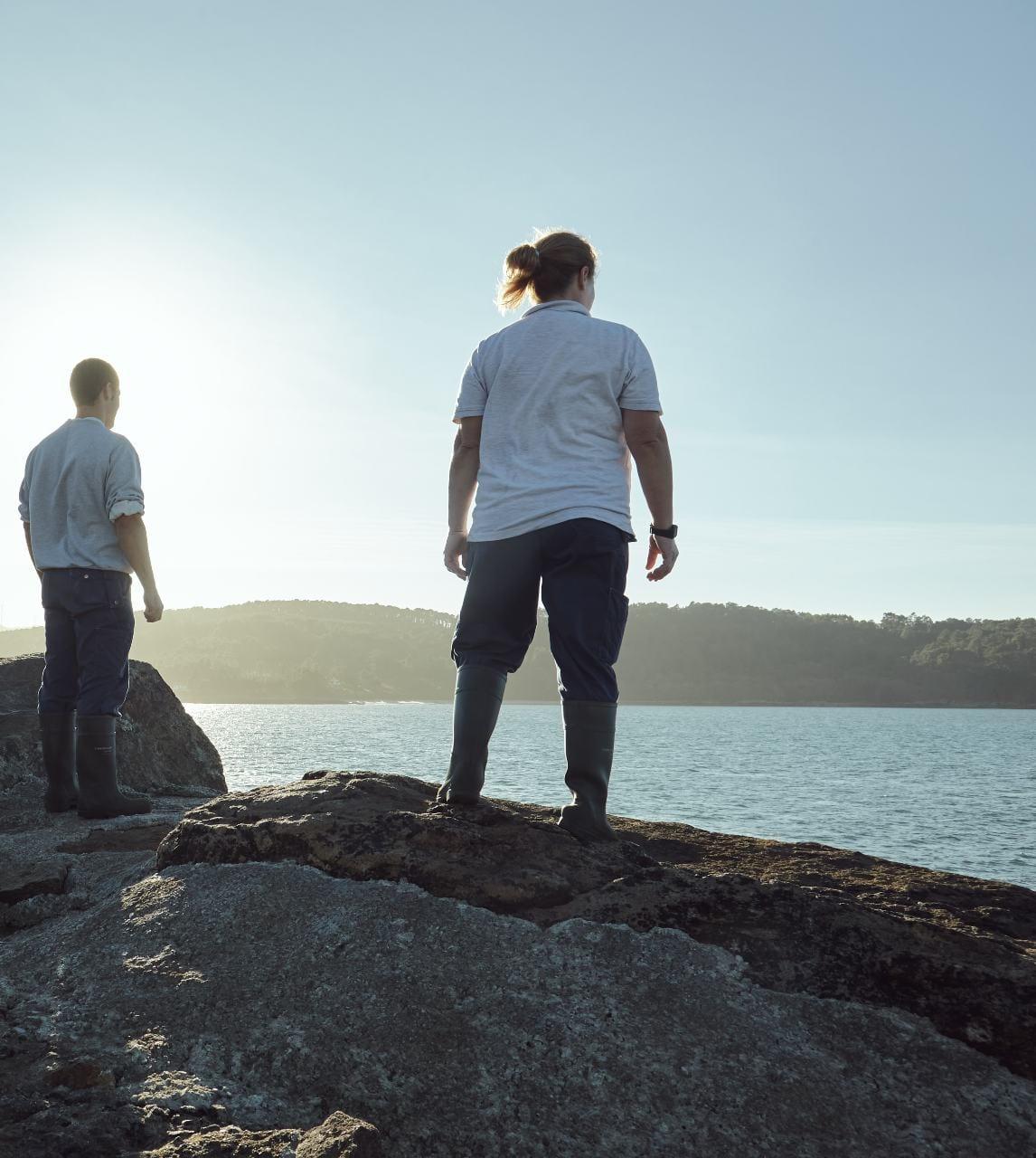 Acuicultores mirando el mar