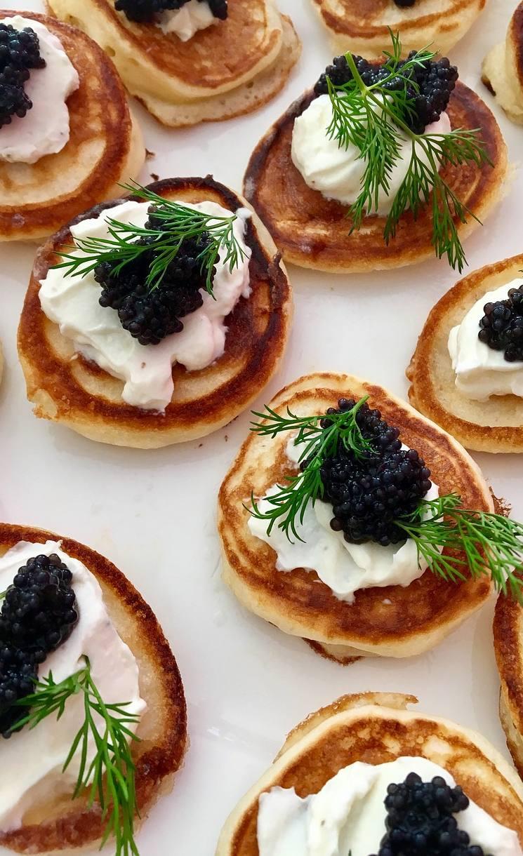 Plato de canapés de caviar