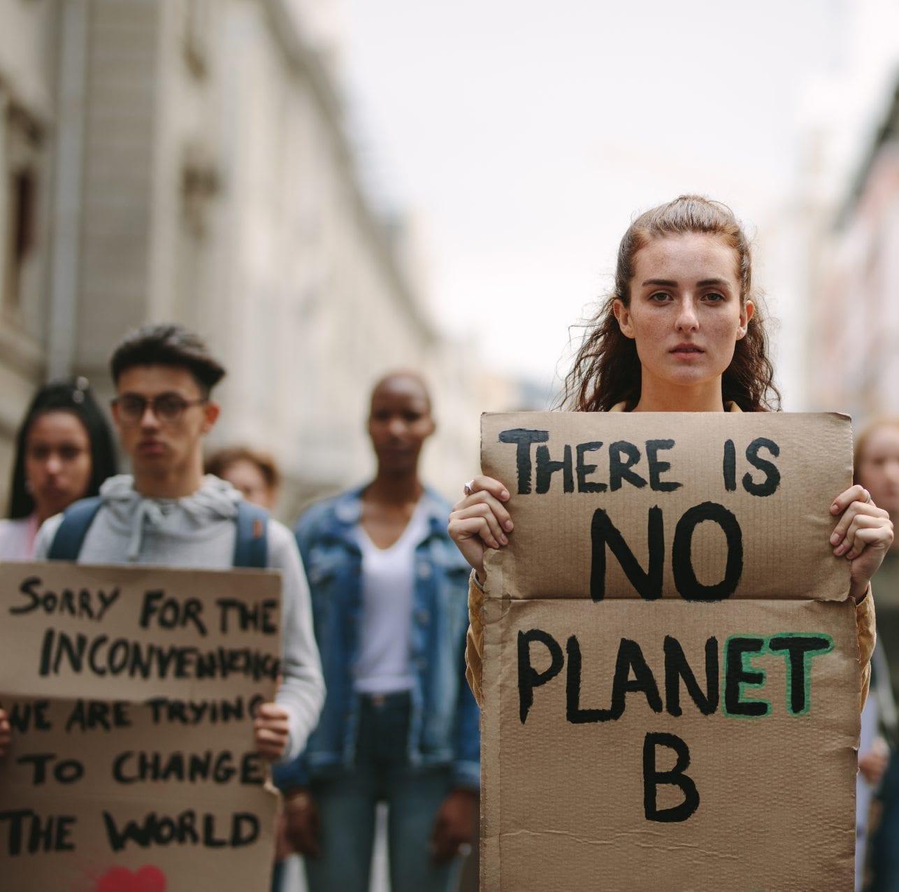 jovenes_manifestando_acuicultura_solucion_sostenible_consumidor