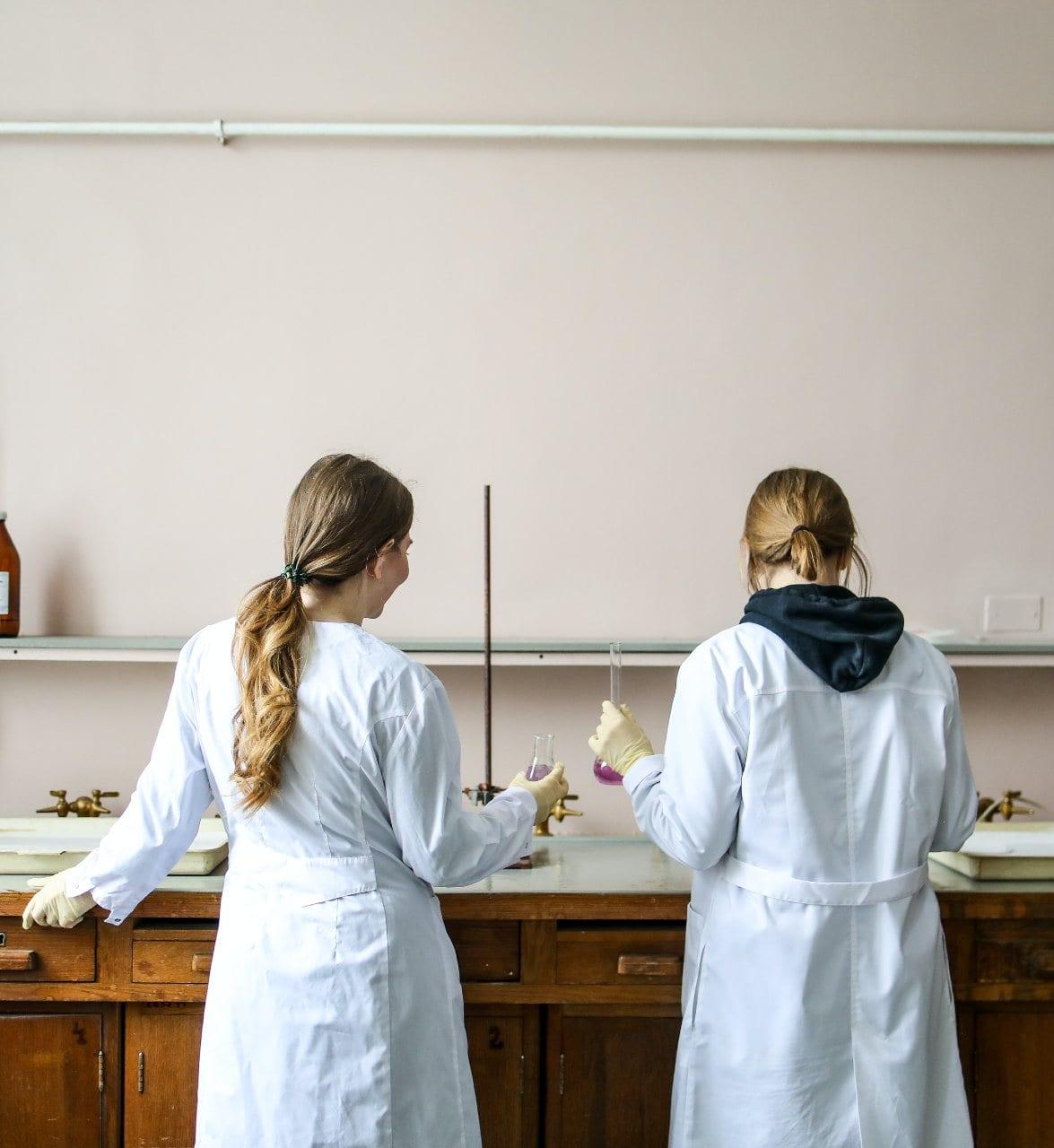 Científicas trabajando en el laboratorio