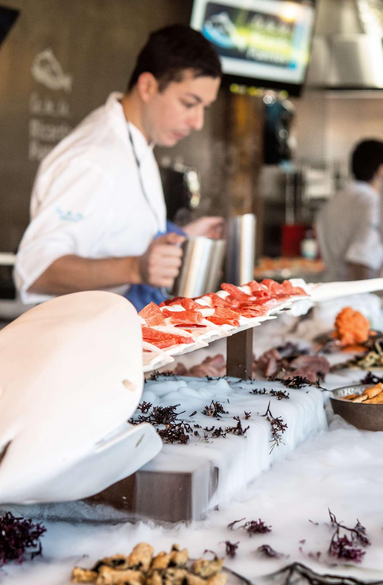 Exposición de platos de atún rojo de acuicultura