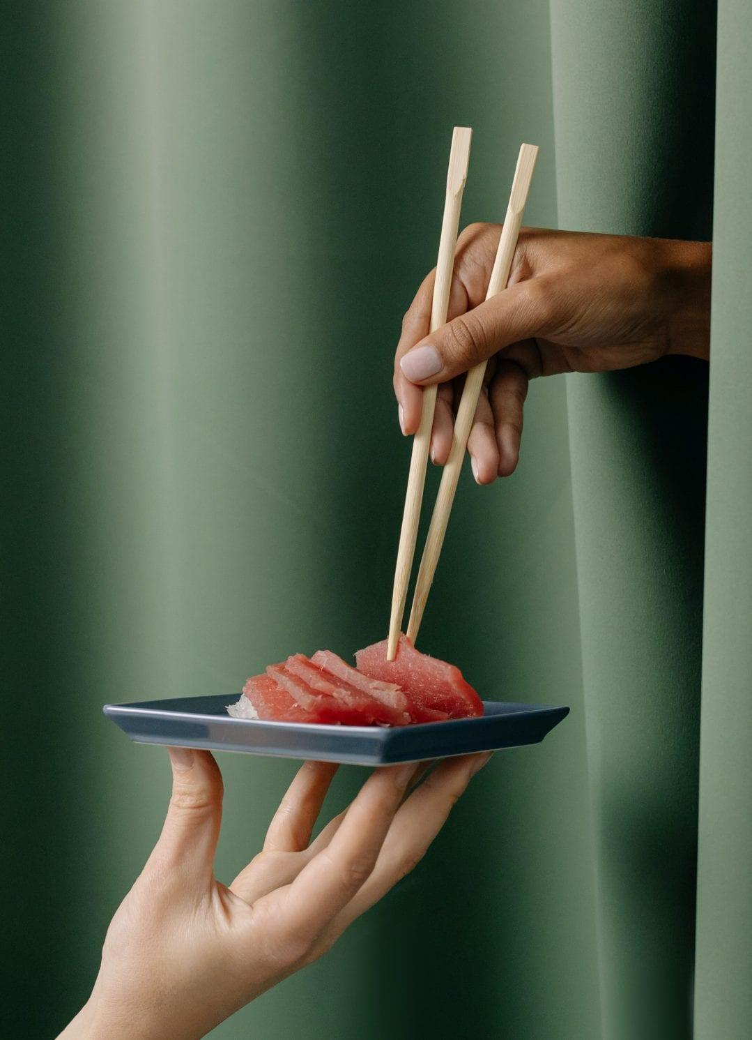 Plato de sushi de atún rojo de acuicultura