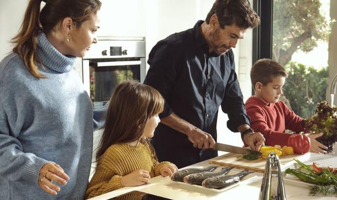 familia cocinando productos de acuicultura