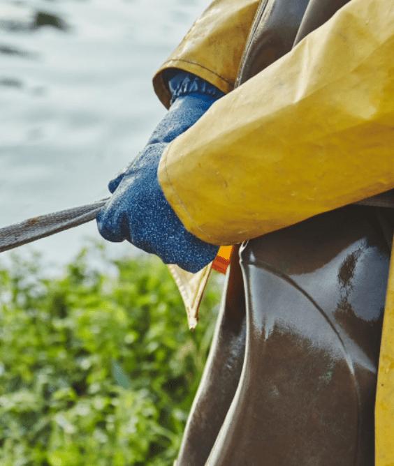 acuicultor trabajando en acuicultura de españa
