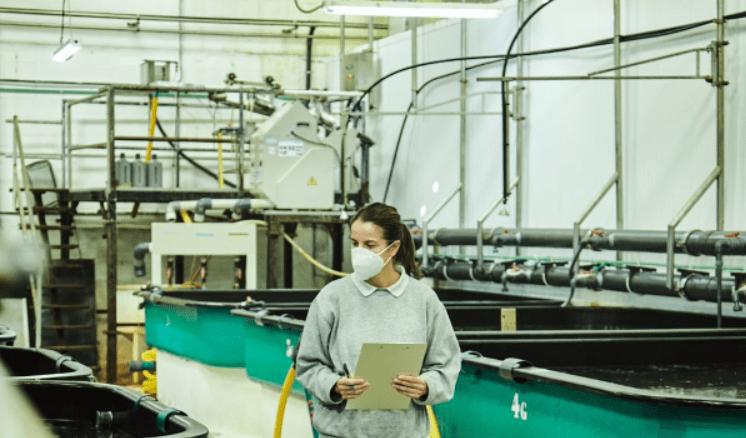 investigadora en hatchery de acuicultura de españa