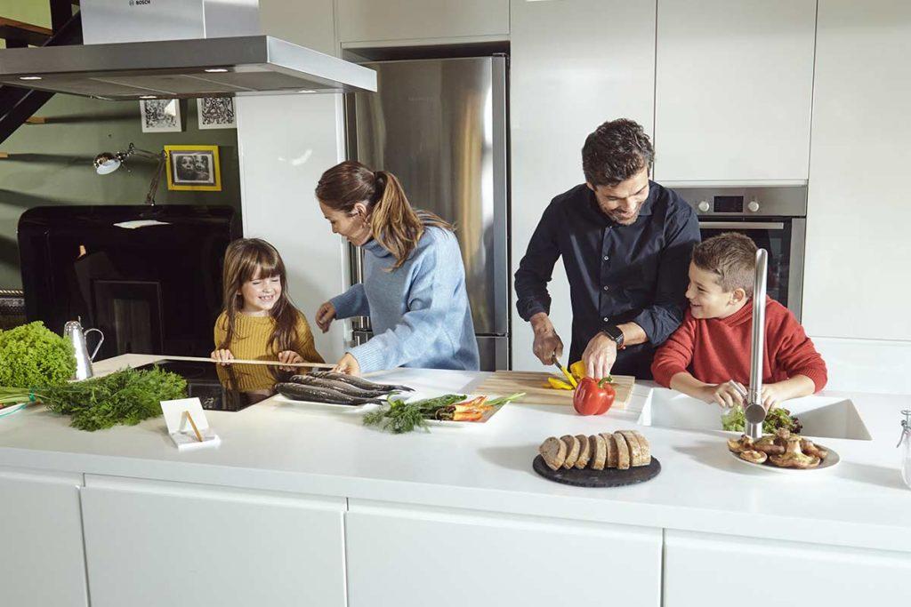 familia consumiendo pescado